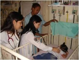 Discentes de Medicina e Residentes de Homeopatia durante o trabalho de Campo - Enfermaria de Pediatria do HUGG